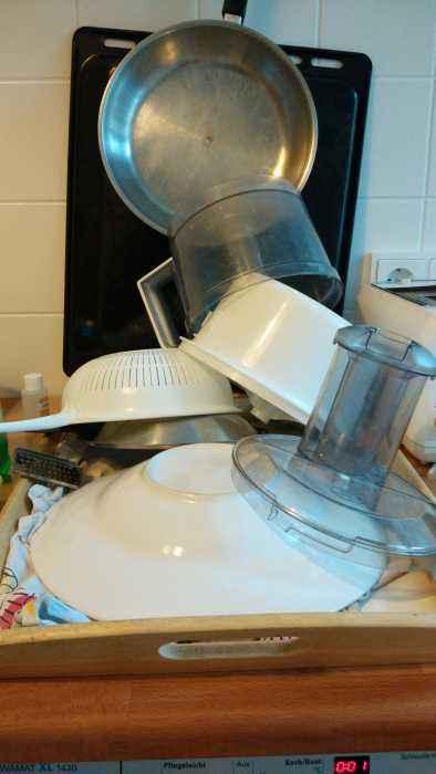 3. Um zu demonstrieren, was du für ein FreiGeist in der Küche bist, reicht es nicht nur aus, kulinarisch zu kochen und zu essen. Freigeister stapeln auch das Geschirr zum Trocknen nach ihren eigenen Regeln der Statik und haben durchaus Kompetenzen auf dem gebiet des Alt-Papier-Jengas gesammelt, die sie hier gewinnbringend einbringen und eindrucksvoll demonstrieren können.