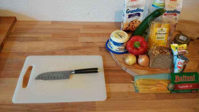 4. Das scharfe Messer vom letzten Abenteuer ist noch in der Spülmaschine? Macht nichts, denn was wir hier sehen ist das 1998 von Jean Pütz auf der LoveParade vergessene Küchenmesser, mit dem wir heute alles schneiden werden. Auch hier zeigen wir uns durchaus tolerant in der Küche und geben jedem Messer seine Chance.