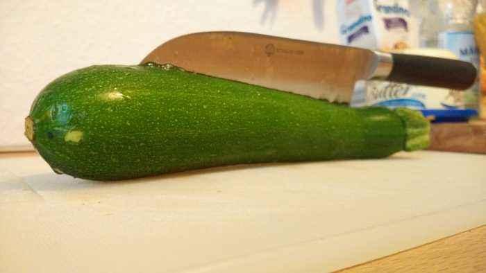 Die richtige Schneidetechnik für die Zucchini ergibt sich meist erst beim Schneiden. Hier gilt doch eher das Prinzip des Versuchens und führt nciht selten auch zum Ziel.