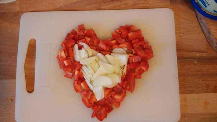 Aus Solidarität mit den Zwiebel-Köppen dieser Welt schneiden wir die Paprika und Zwiebel und demonstrieren frei nach dem Motto: Ein Herz für Zwiebeln!