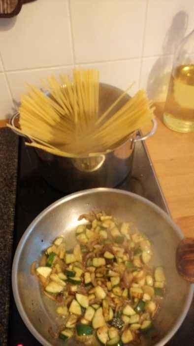 Und jetzt wirds zweigleisig im Kopp. Achtung, Nudeln oben in den heißen Topp und Zucchini unten in die Zwiebelpfanne. Dann einfach nur raufgucken und mal kurz im Gedanken abschweifen. Wird schon alles gut gehen.