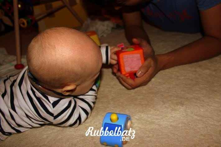 Baby spielt