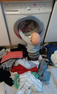 baby-beobachtet-waschmaschine