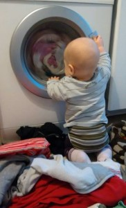 baby-neugierig-vor-waschmaschine