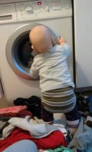baby-steht-vor-waschmaschine