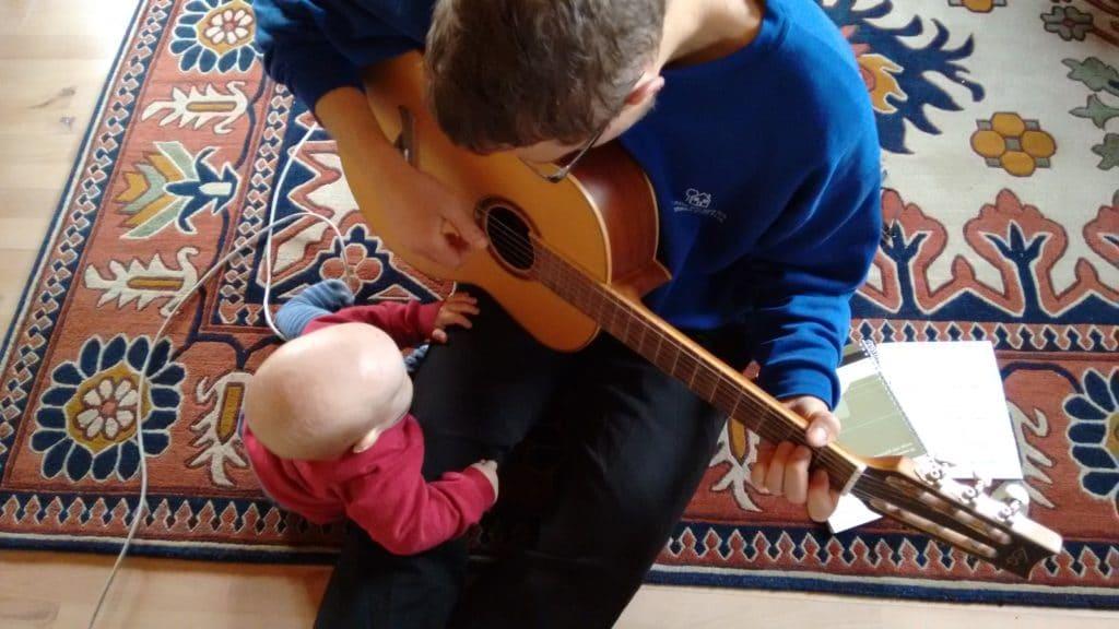 Am nächsten Morgen hat der Papa richtig lange ausgeschlafen. Ich hab so lange mit meinem Patenonkel gespielt. Oder eher er hat für mich gespielt. Auf diesem Klimperdings. Das war spannend und am Ende durfte ich auch draufhauen und es hat sich bei mir fast genauso schön angehört. Haben zumindest alle gesagt.