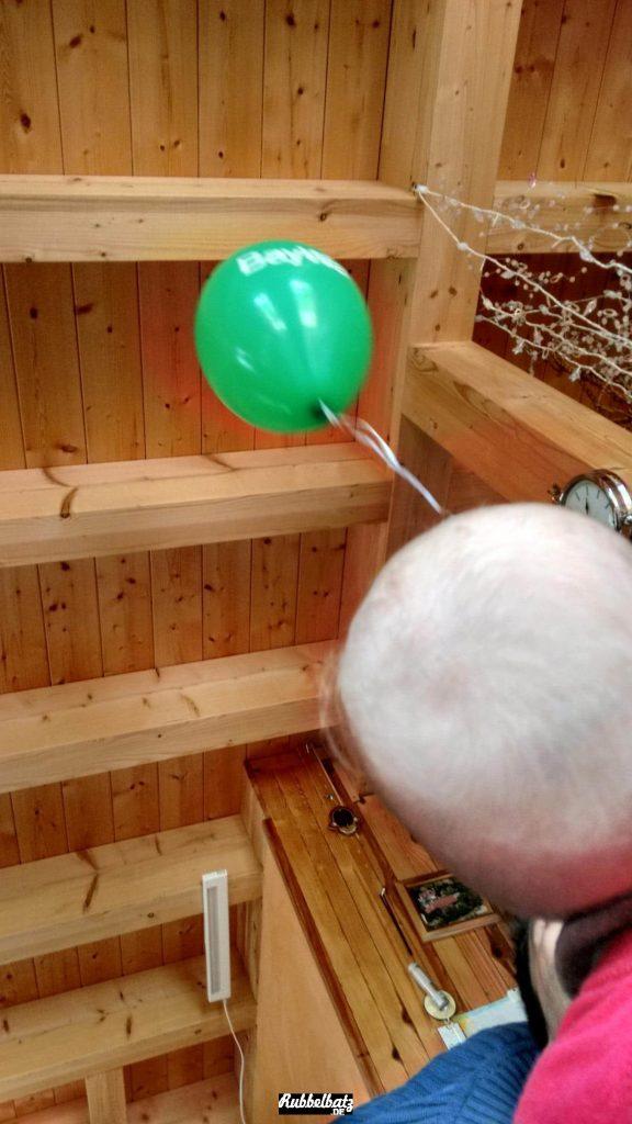 Da haben die mir doch tatsächlich einen Luftballon vom Verkaufsoffenen Sonntag mitgebracht. Aber der ist nicht wie die, die ich kenne. Der fliegt immer nach oben weg. Das fand ich witzig.