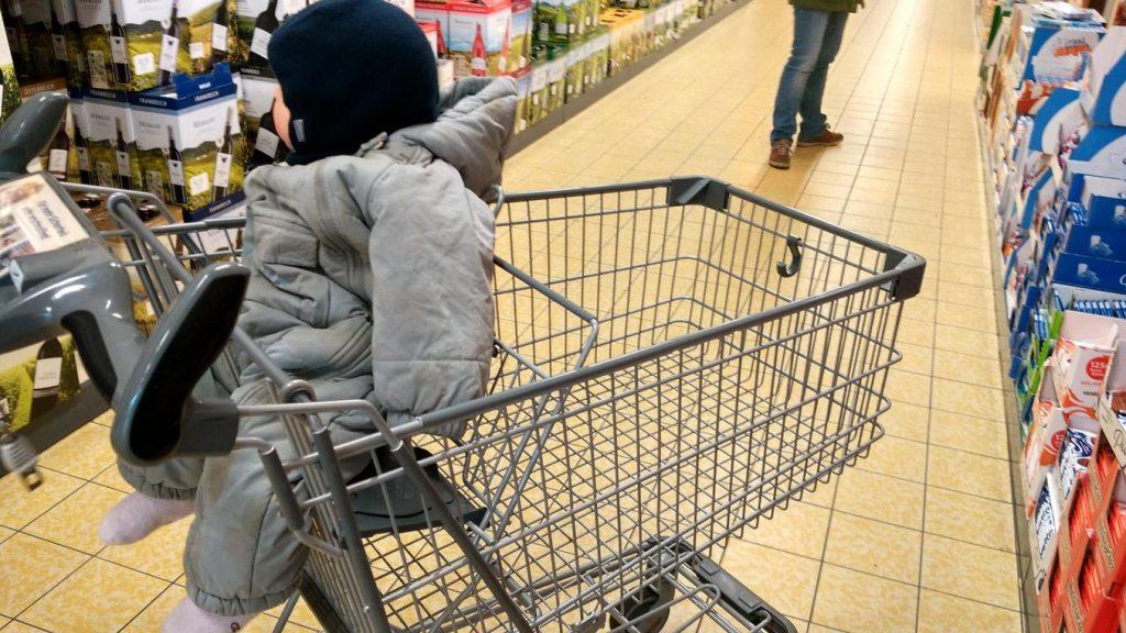 Im Einkaufswagen fahren: fand er megaklasse!