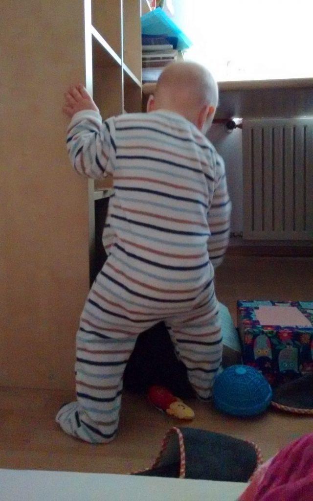 Wie erwartet machte der Rubbelbatz pünktlich zum Morgengrauen die Äuglein auf und wollte spielen. Einmal konnte ich ihn noch überzeugen, weiterzuschlafen, aber um 5:30 Uhr war die Nacht endgültig vorbei. Mit Baby auf einer 90-cm-Matratze schlafen hat sich dagegen als sehr unproblematisch entpuppt.