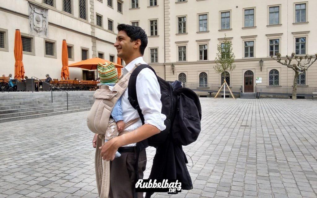 Von vorne sah er aus, wie ein gut gekleideter Hochzeitsgast mit Baby: weißes Hemd, Anzughose, schicke Schuhe. Erst von der Seite konnte man das Ausmaß des Baby-Zubehörs erkennen...