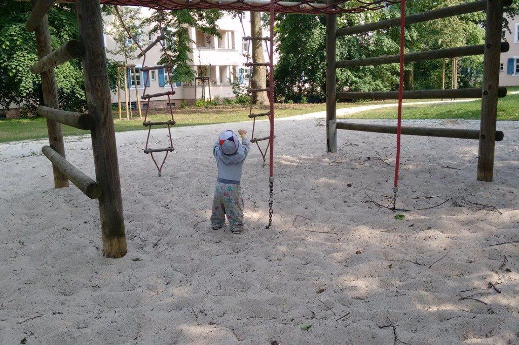 Baby 11 Monaten: Laufen und Spielplatz