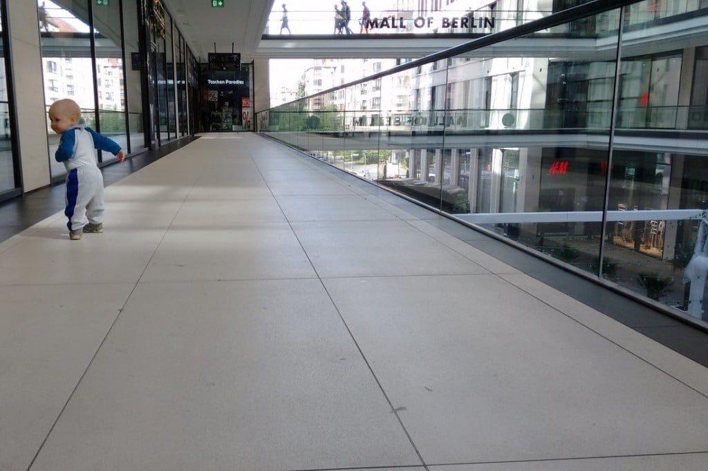 Heute waren wir in einem riiiiesigen Einkaufszentrum. Sonntags is da nix los - gaaanz viel Lauffläche nur für mich.