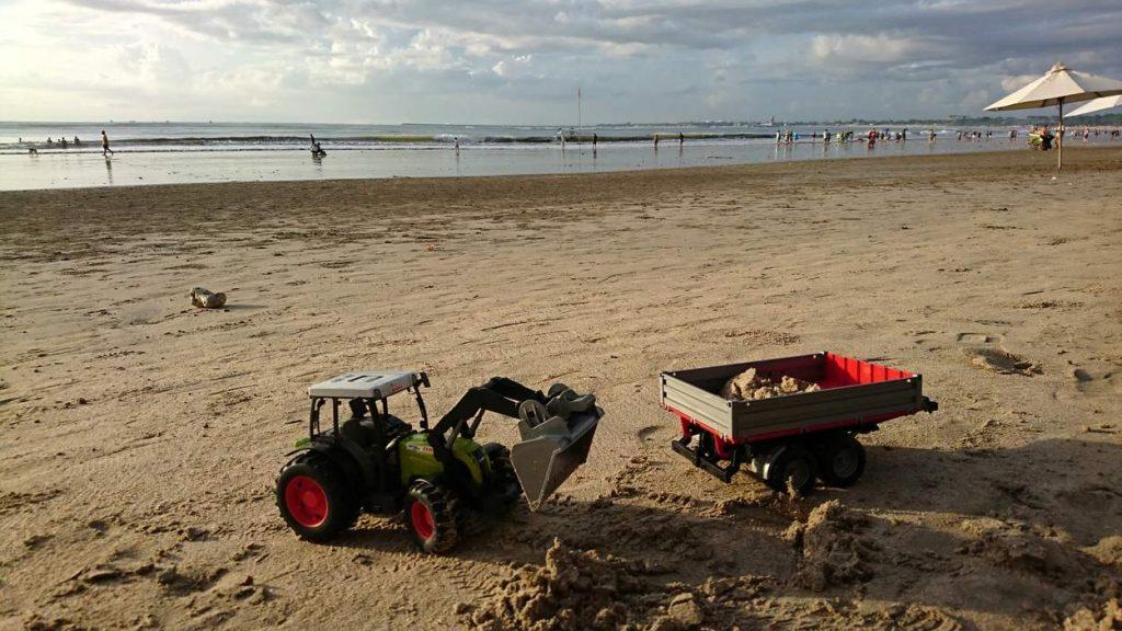 Sandspielzeug für Kinder am balinesischen Meeresstrand