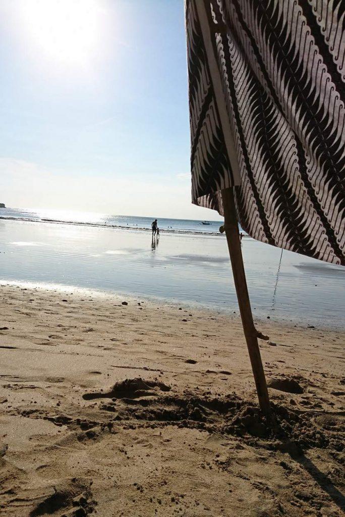 Vater und Sohn gehen in Indischen Ozean auf Bali baden