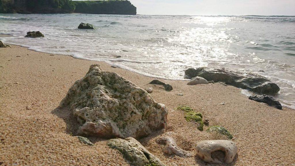 Gefährliche Korallen-Reste oder Stücke am Strand