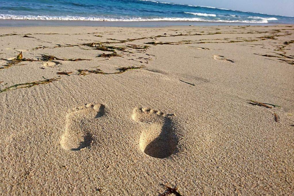 Fussspuren im Sand am Meer auf Bali