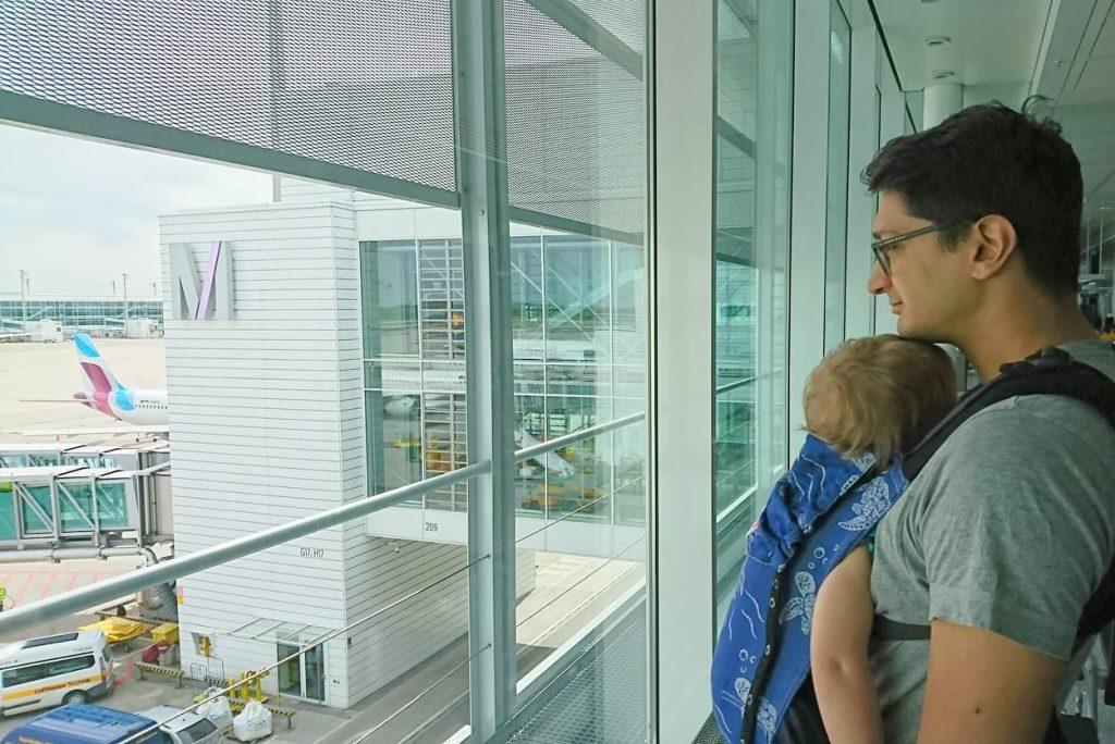 Papa mit Sohn am Flughafen München vor Abflug nach Bali