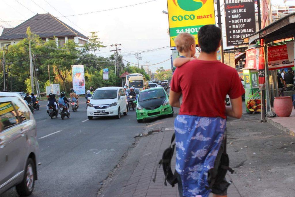 Typischer Straßenverkehr Alltag auf Bali