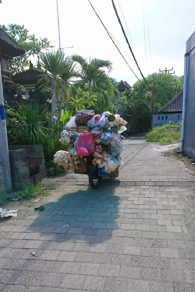 Vollbeladene Roller auf Bali