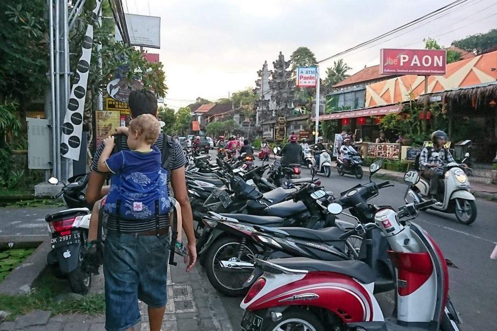 Kleinkind in Kokadi Babytrage auf Rücken getragen im Bali Urlaub
