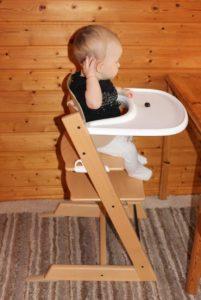 Baby sitzt im Stokke Tripp Trapp am Essenstisch