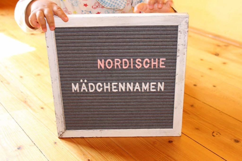 baby-haelt-schild-nordische-maedchennamen