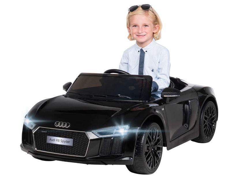 schwarzes Elektroauto für Kinder mit blondem Jungen